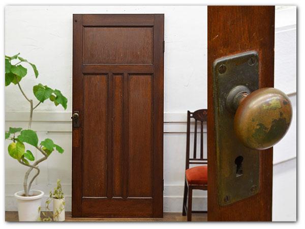 古い洋館の木製扉