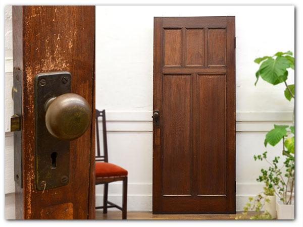 古い洋館の木製ドア